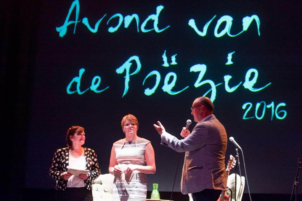 Julie Droeghaag (midden), stadsdichter Lilian Caessens en wethouder Noël Lebens (foto Ermindo Armino)